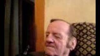 opa macht grimassen und raucht einen joint