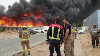 Incendio de palés en el patio de una nave industrial de Dos Hermanas (Sevilla)