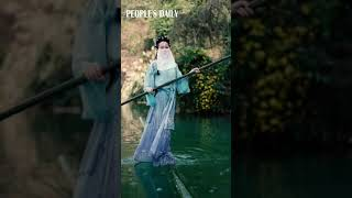 Incredible talent of balancing on a bamboo pole and floating on water