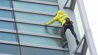 سبايدرمان الفرنسي أليان_روبرت يتسلق ناطحة سحاب في باريس دون حزام أمان