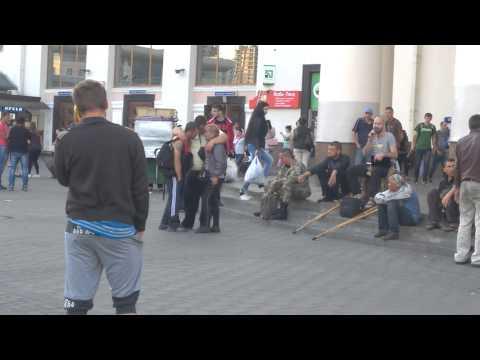 Певец возле метро Вокзальная