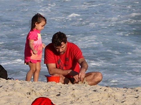 Marcelo Faria paparica a filha na praia