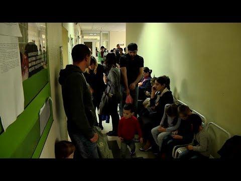В детской поликлинике снова многочасовые очереди. Врачи отказываются от комментариев.