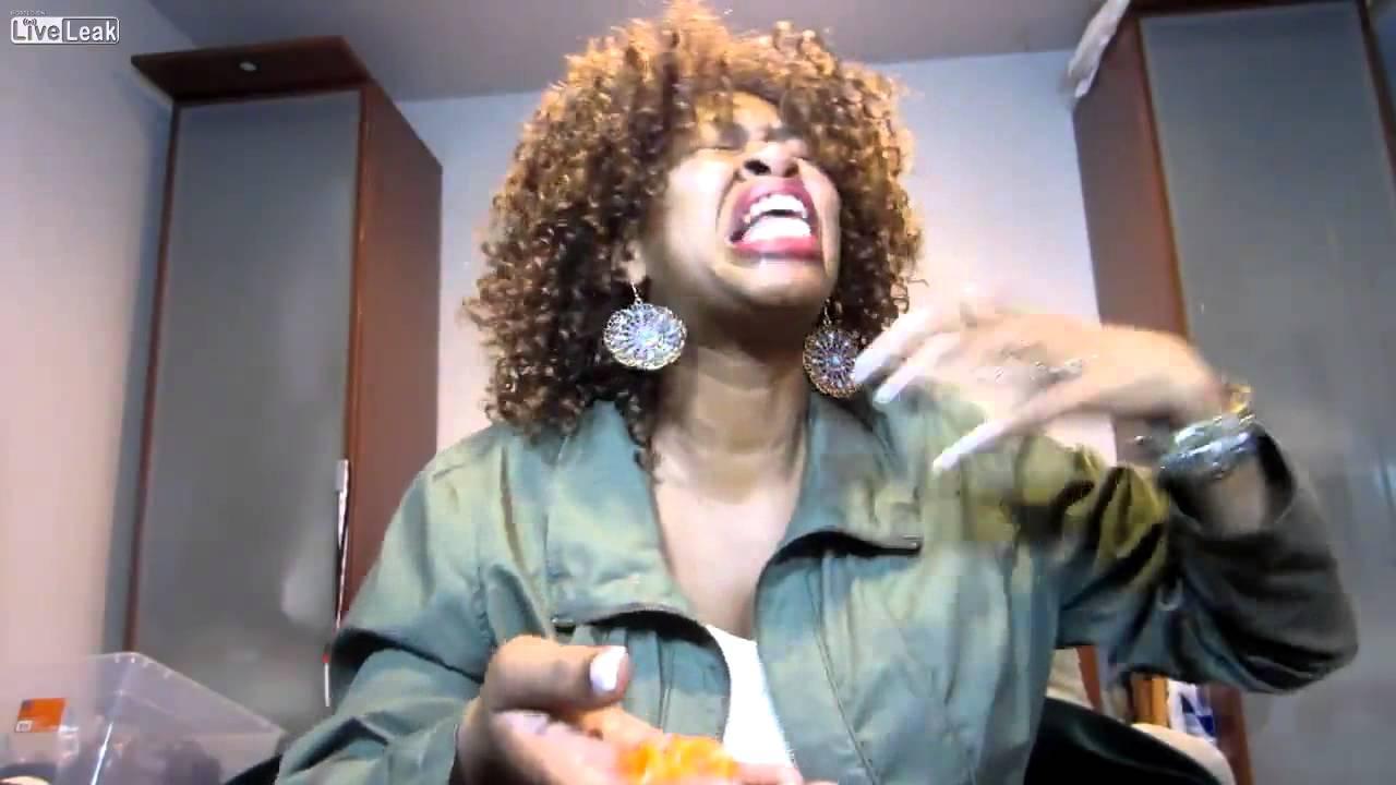 Смотреть видео негритоска съела жгучий перец ютуб