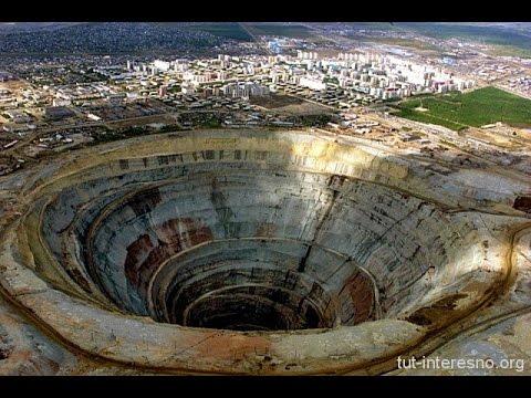 Кимберлитовая трубка Мир (Якутия) - один из самых большых алмазных карьеров в мире