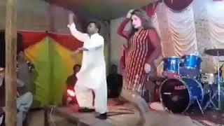 Download Video اس لڑکے نے ڈانس میں لڑکی کو پاگل کر دیا۔ MP3 3GP MP4