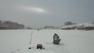 Зимова рибалка на поплавок і на мормишку в січні, на Москві-ріці.