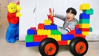 O passeio de Boram no carro esportivo de brinquedo finge brincar com brinquedo colorido
