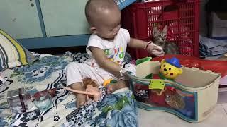 Em bé mina chơi đồ chơi 1 mình khi 9 tháng tuổi