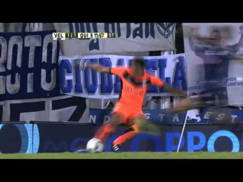 Le erró a la pelota, pero igual su equipo le ganó a Vélez