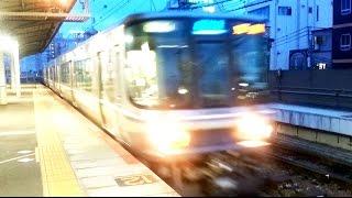 東海道線と山陽線の始点、JR神戸駅。エスカレーターに対して、かなり狭...