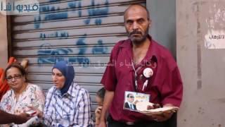 بالفيديو : اصحاب المعاشات يفطرون خبز فقط بميدان طلعت حرب