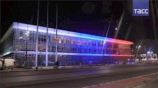 На Эйфелевой башне погасили огни, а Дворец культуры в Дрездене подсветили в цвета российского флага