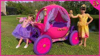 Laurinha Ganhou uma Carruagem de Princesa para crianças de brinquedo