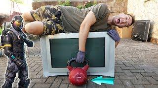 Monster Kugelhantel auf einen RIESEN FERNSEHER und FORTNITE FIGUREN werfen! - Experiment