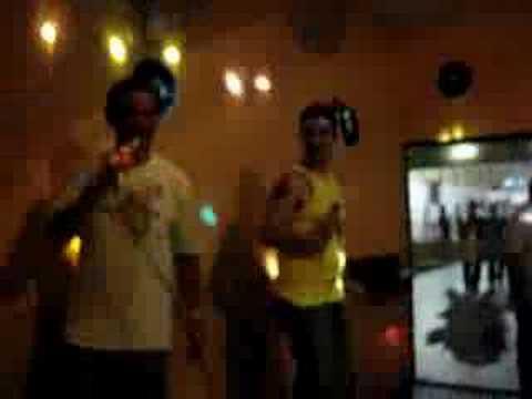 João Carlos e Miltão cantando Robocop Gay no Karaoke!
