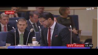 Jimmie Åkesson har svårt att hålla sig för skratt efter Jonas Sjöstedts replik