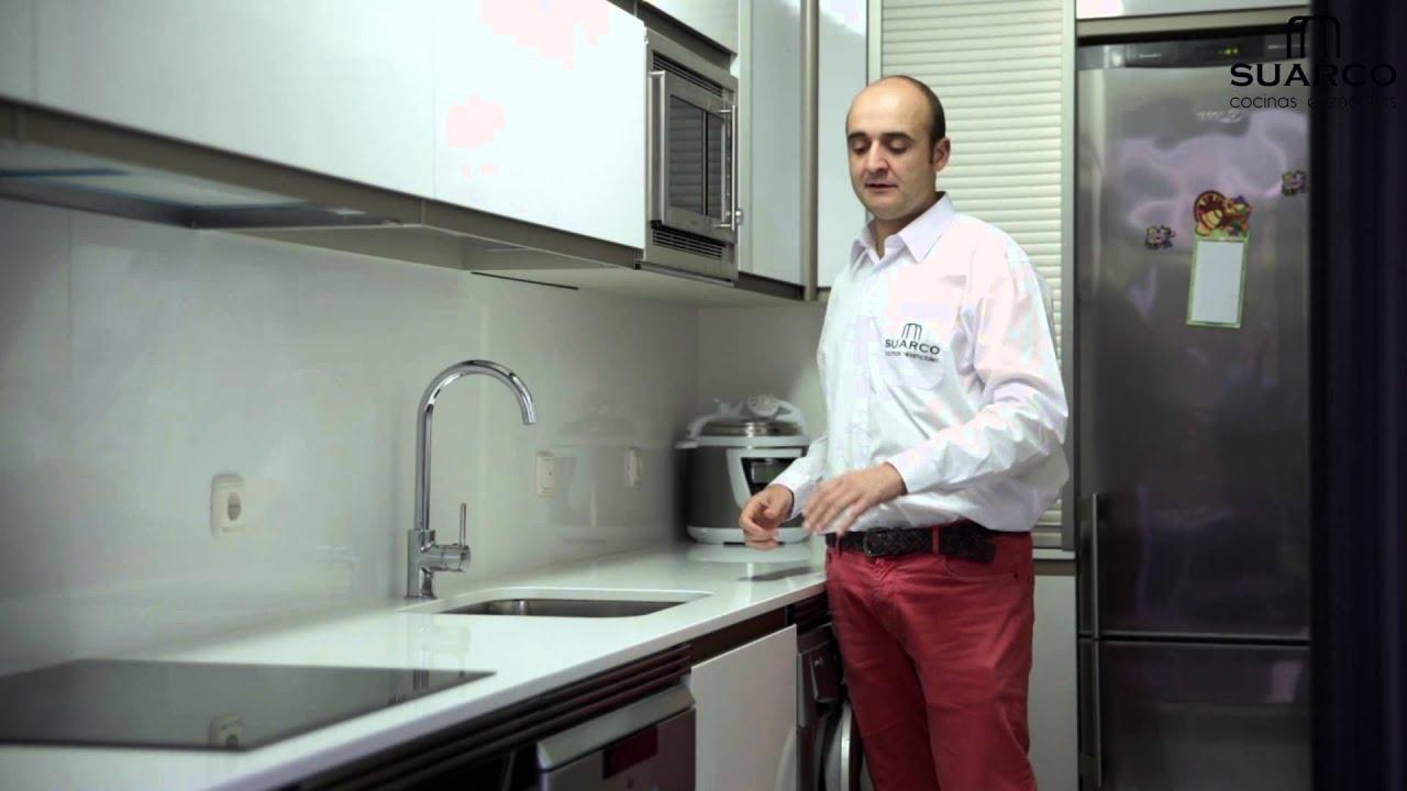 Cocinas peque as blancas integrales con encimera de for Cocinas modernas blancas pequenas