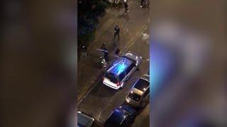 Coprifuoco, notte di guerriglia a Napoli: l'assalto con bastoni alle auto della polizia