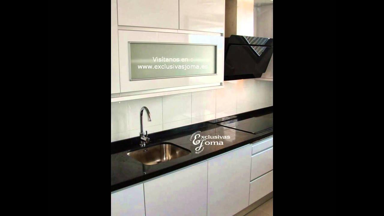 Muebles de cocina en blanco alto brillo y encimera negro for Muebles de cocina blancos