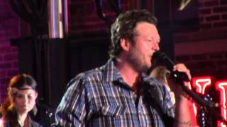 Watch Blake Shelton Doing What She Likes video
