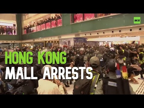 X-mas pepper spray: Hong Kong police arrest protesters at a mall