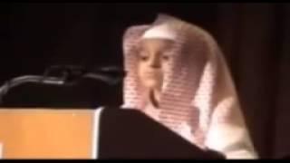Прекрасный голос. Мальчик очень красиво читает Коран.