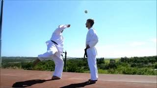 Каратэ клуб СКИФ/Karate club SKIF Шотокан каратэ до. Спорт мотивация/Motivation sport.(Сбив яблока с головы ударом ноги. Комбинации ударов. Тренировка каратэ., 2016-05-30T08:46:00.000Z)