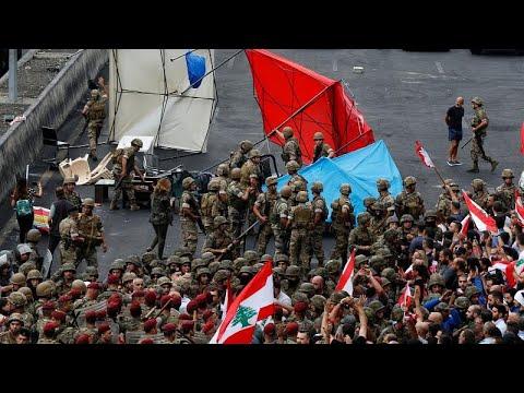 الجيش اللبناني يحاول فتح الطرقات بالقوة والمتظاهرون متمسكون بموقفهم…  - نشر قبل 46 دقيقة