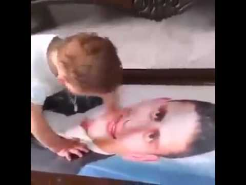 Отец умер ребёнок плачет смотря на портрет отца