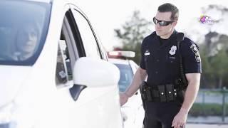 لماذا يلمس الشرطي الضوء الخلفي للسيارة أثناء توقيفها ؟؟!