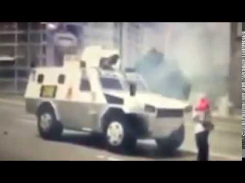 Protestas en Venezuela Caracas 19 de abril ( Una venezolana hace retroceder a una tanqueta)