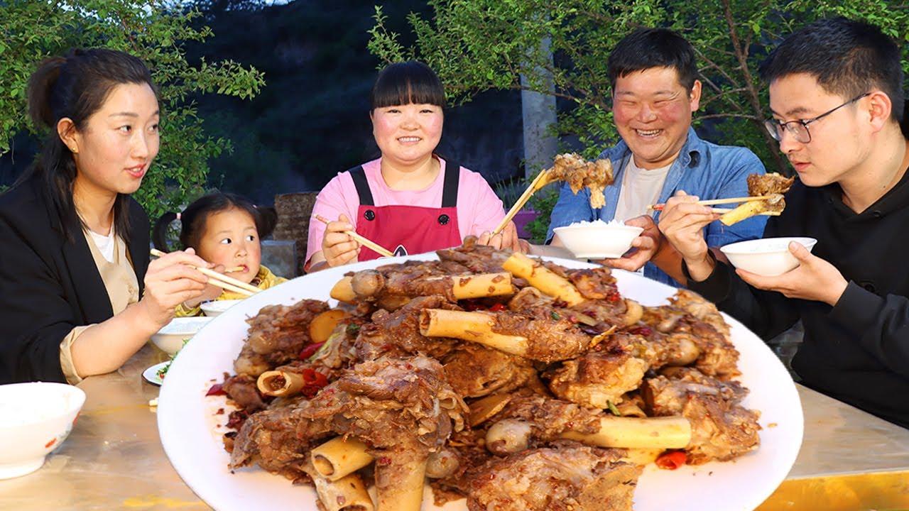 【陕北霞姐】饭店学的羊棒骨技术,种完玉米霞姐给家人展示,肉嫩不腥,女儿都说猛香了!