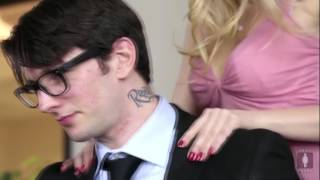 Secretary seduces her colleague Секретарша соблазняет коллегу