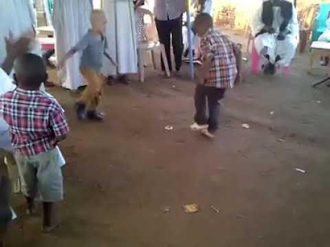 ابداع طفل سوداني من ام بلجيكية يشارك رقيص العرضة thumbnail