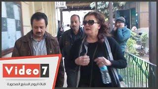 بالفيديو..بالدموع.. آثار الحكيم تسابق الزمن للحاق بجثمان ممدوح عبدالعليم