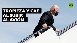 Biden se accidenta mientras sube las escaleras del avión