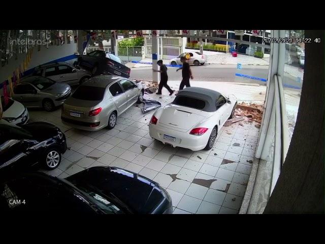 Motorista perde o controle e invade loja de carros no Jd. Simus
