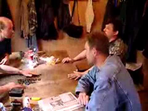 Каменщики после работы играют в домино