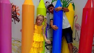 Nastya và bố giả vờ chơi trong một bảo tàng selfie, truyện vui mới