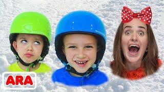 فلاد ونيكيتا يلعبان مع الأم والثليج في مركز اللعب الشتوي