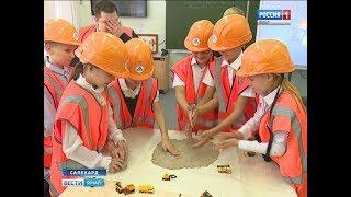 Строят макет дороги и изучают из чего она состоит: необычный урок провели салехардским школьникам