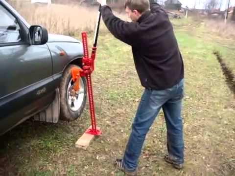 Вытаскиваем Ниву из болота, хайджек помял бампер - YouTube