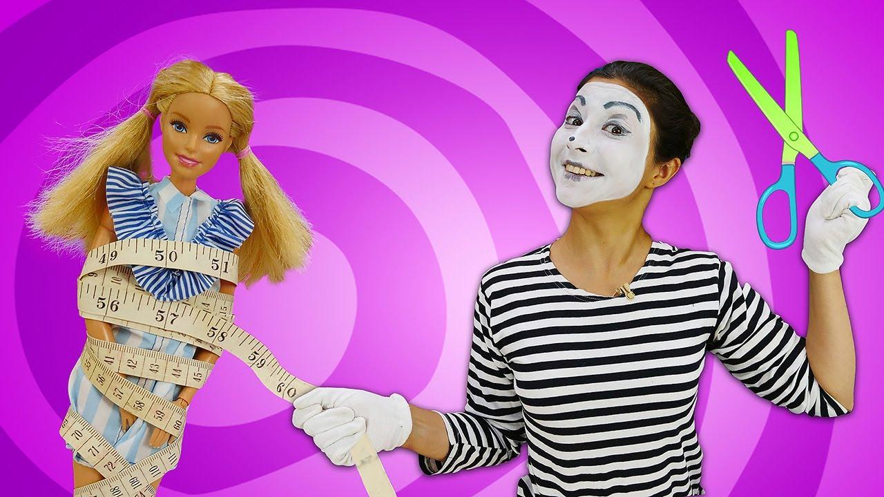 O novo trabalho da palhaça no atelier de costura! Novelinha de Barbie engraçada