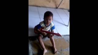 Afrizal main gitar sambil nyanyi