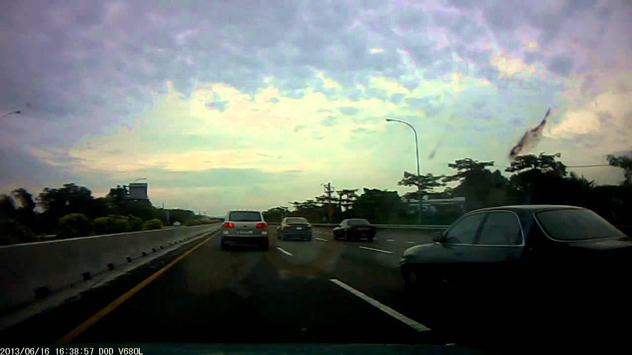 國道高速公路你這樣不打方向燈 就切車8187-MF 你有沒有品啊!! 未打方向燈硬切入 還比中指 - YouTube