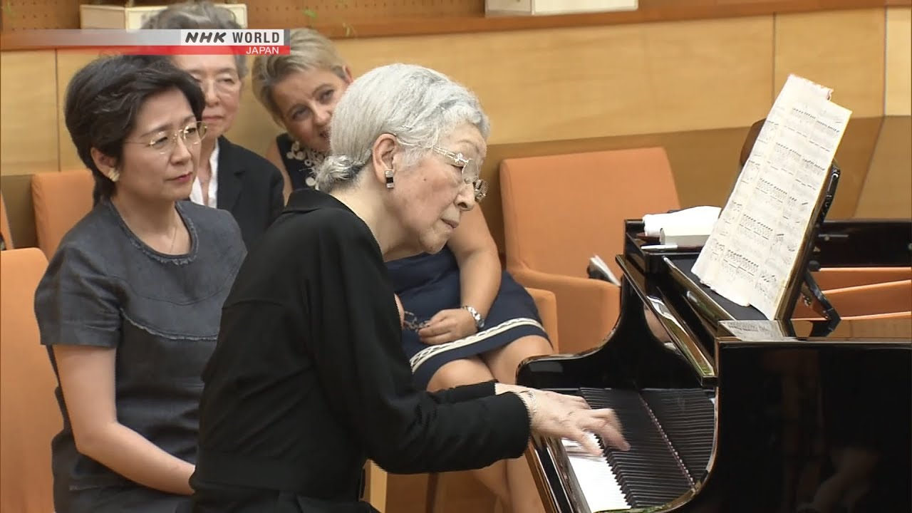 "Photo of Empress Michiko Plays ""The Swan"" on Piano [Full Ver.] – video"