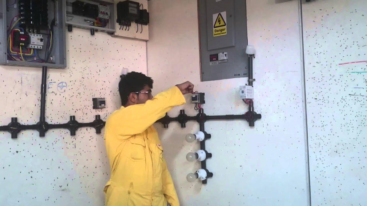 توصيل photo cell relay مع magnetic contactor لتشغيل حمل three توصيل photo cell relay مع magnetic contactor لتشغيل حمل three phase