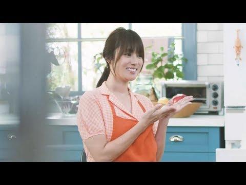 深田恭子、キュートなエプロン姿でクッキング ニチレイフーズ冷凍食品『切れてる!サラダチキン』新CM&メイキング映像