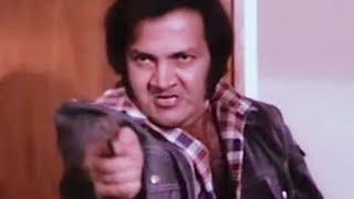 Prem Chopra tries to kill Amitabh Bachchan | Do Anjaane | Bollywood Scene 27/31